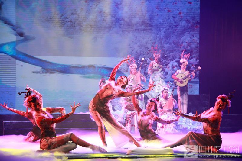 2016年8月27晚,是《国乐丹青》的第二场演出,走进四川省川剧院的演播厅,观众席上已经坐无缺席。我被围坐在两个小孩中间,当音乐响起时,两旁叽叽咋咋的吵嘴声立即消失了,两个小姑娘目不转睛的看着大屏幕上的巴蜀山水,听着动人的国乐丹青。 想要了解巴蜀山水、文化、音乐,来听一场《国乐丹青》一定有一个全方位的了解。